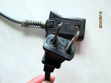 107.08.16大同電鍋10人份電源線插頭因高溫而熔蝕 (3)