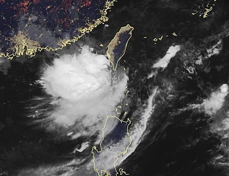 2018.08.23氣象局說,熱帶低壓清晨2時在鵝鑾鼻西北西方約130公里的海面上,向東北移動。圖/氣象局