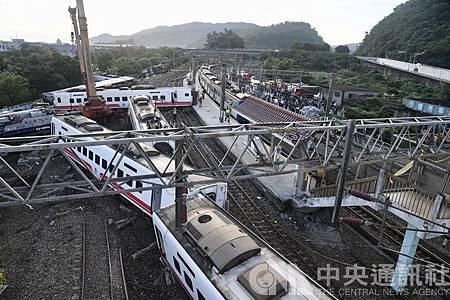 2018.10.21台鐵6432車次普悠瑪列車傍晚在宜蘭新馬站附近出軌,造成嚴重傷亡。(中央社)
