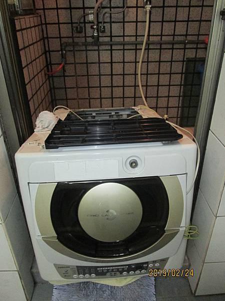 2019.02.24洗衣機運轉中有時會有沙沙聲,噴上潤滑油脂於馬達及洗衣槽旋轉裝置。 (1)