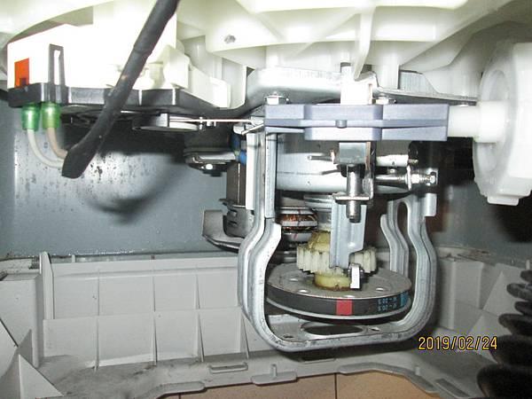 2019.02.24洗衣機運轉中有時會有沙沙聲,噴上潤滑油脂於馬達及洗衣槽旋轉裝置。 (4)
