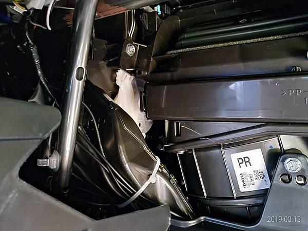 2018 Toyota Altis 手套箱背部之電子零件 (2)