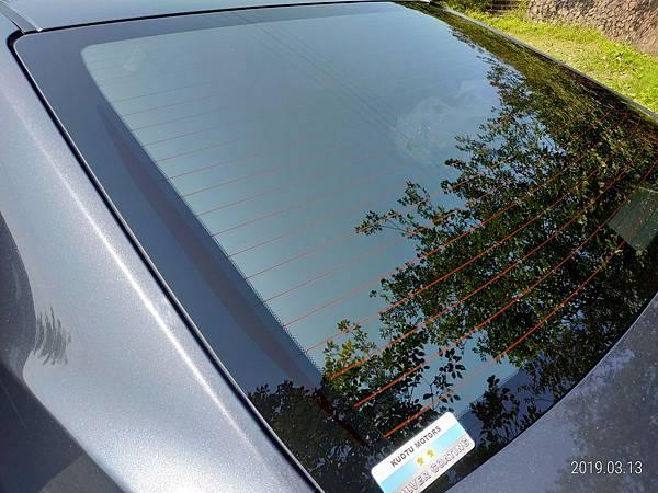 2018 Toyota Altis前後擋風玻璃四周溝槽很容易積蓄髒東西不易清潔,下雨時容易收集雨水,擔心排放管道溢出而流入車廂內。 (3)