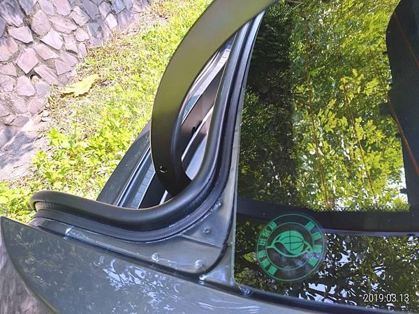 2018 Toyota Altis前後擋風玻璃四周溝槽很容易積蓄髒東西不易清潔,下雨時容易收集雨水,擔心排放管道溢出而流入車廂內。 (5)