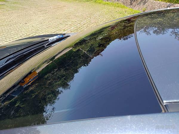 2018 Toyota Altis前後擋風玻璃四周溝槽很容易積蓄髒東西不易清潔,下雨時容易收集雨水,擔心排放管道溢出而流入車廂內。 (2)