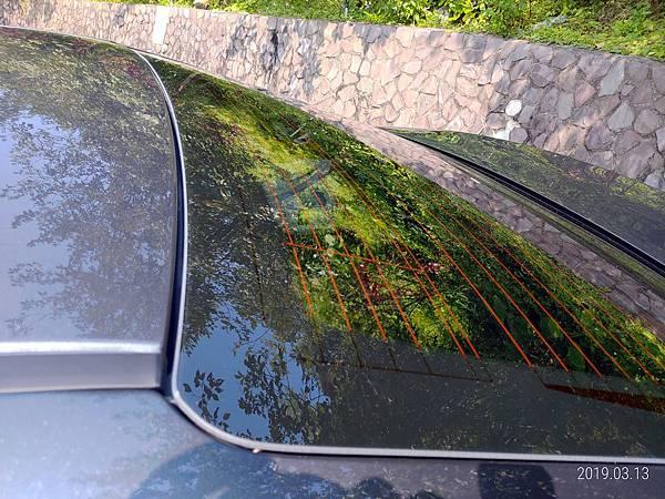 2018 Toyota Altis前後擋風玻璃四周溝槽很容易積蓄髒東西不易清潔,下雨時容易收集雨水,擔心排放管道溢出而流入車廂內。 (4)