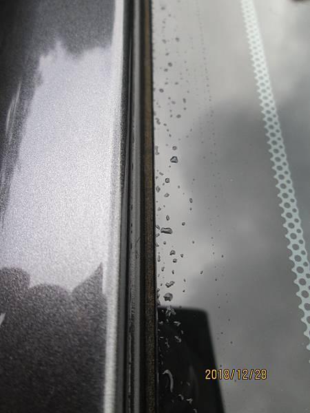 2018 Toyota Altis前後擋風玻璃四周溝槽容易積蓄髒東西且不易清潔,下大雨時擔心過量流入溝槽而滲透到車廂內。 (4)