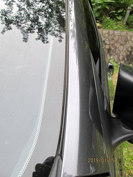 2018 Toyota Altis前後擋風玻璃四周溝槽容易積蓄髒東西且不易清潔,下大雨時擔心過量流入溝槽而滲透到車廂內。 (7)