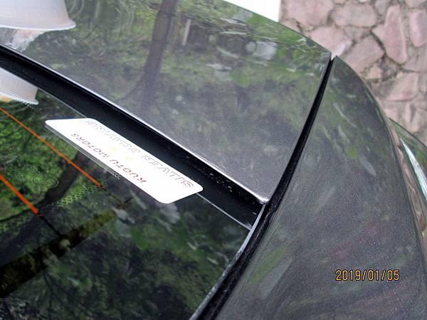 2018 Toyota Altis前後擋風玻璃四周溝槽容易積蓄髒東西且不易清潔,下大雨時擔心過量流入溝槽而滲透到車廂內。 (3)