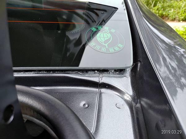 2018 Toyota Altis前後擋風玻璃四周溝槽容易積蓄髒東西且不易清潔,下大雨時擔心過量流入溝槽而滲透到車廂內。 (2)