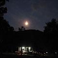 月亮剛爬上來