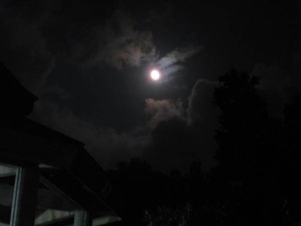 常常被雲層擋住的月亮