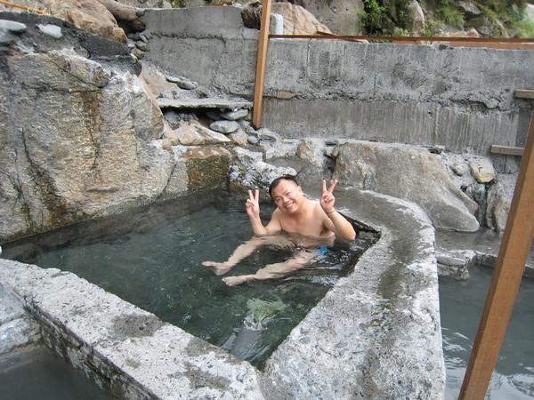 南澳的野溪溫泉 看老公泡的多開心