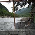 溫泉旁邊的溪流很湍急 設備也很簡陋
