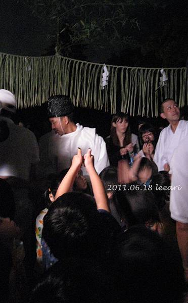 201106-- (9) 京都北野天滿宮 螢火蟲在小孩手上