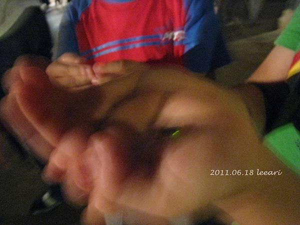201106-- (4) 京都北野天滿宮 螢火蟲在小孩手上