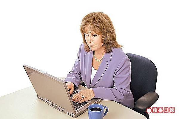 女常盯電腦 火雞脖恐上身