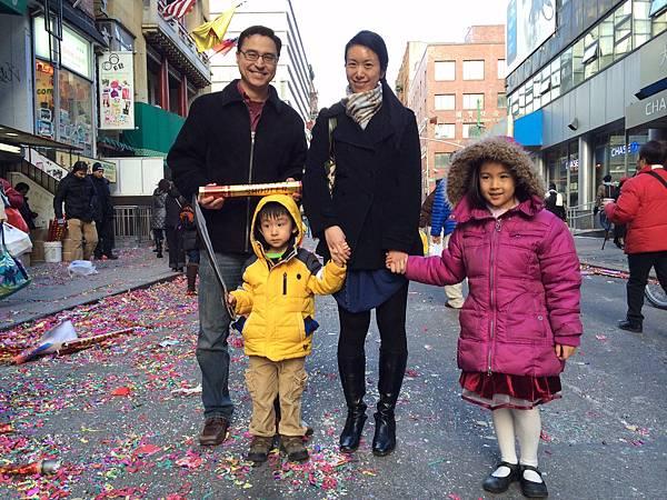 大女兒一家人特別請假帶兒女來認識中國傳統文化