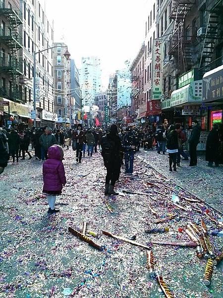 花花綠綠的花炮碎屑鋪滿了唐人街大街小巷