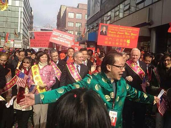 政客一起參加遊行隊伍