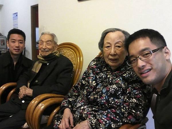 父親的驕傲 右邊孫子畢業於美國麻省理工學院  左邊孫子畢業美國哈佛大學