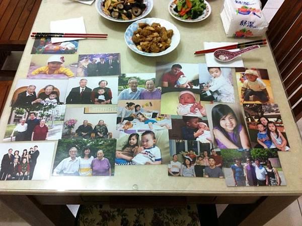 家里飯桌台上 掛满四代同堂的子子孫孫照  幸福满满