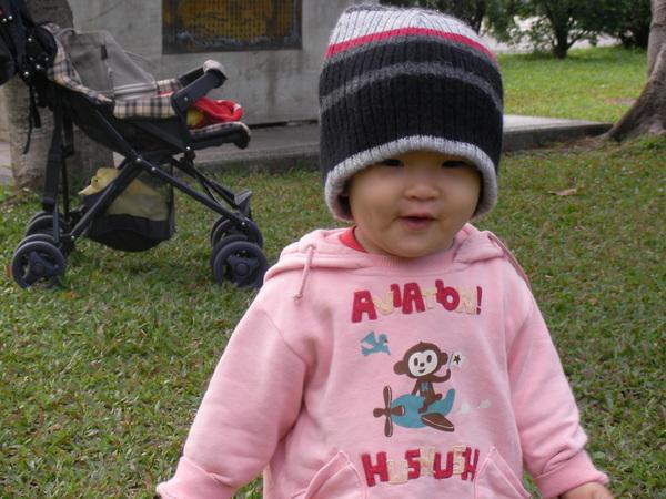 戴上外公送的帽(1.4歲,國父紀念館)