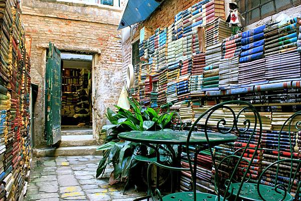 11-bookstores-from-the-world-you-must-know-6.jpg