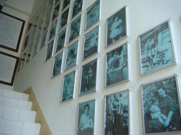 通往紀念館的階梯走道牆上掛滿受難者生前照片