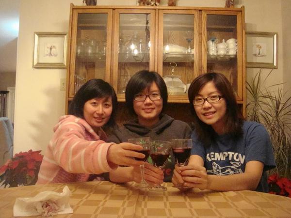 Lorna外出晚餐,她還開了瓶紅酒給我們喝.JPG