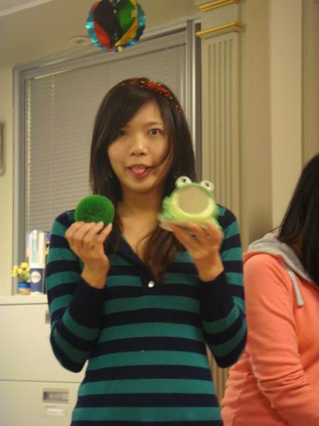 買青蛙洗碗刷當禮物,,,真的讓我很錯愕.JPG
