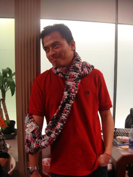 Enguee搶到了我買的圍巾.JPG