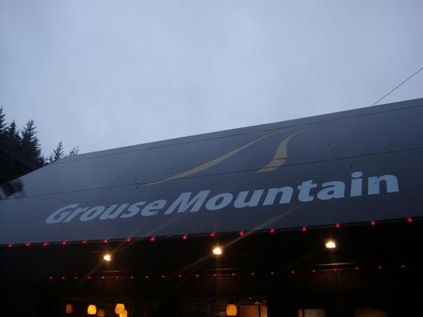 今天天氣不太好,Grouse Mountain也下雨,而且還霧茫茫的,.JPG