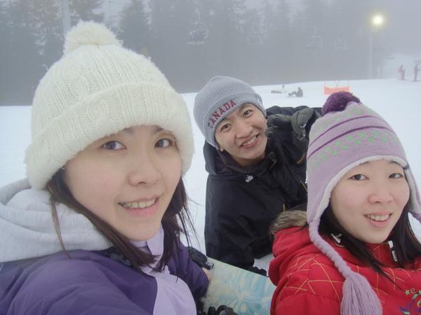 3人溜完一回超長滑雪道,就休息自拍起來啦.jpg