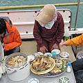 媽媽為了我們準備好多食物...在船上辦桌...這真的是第一次