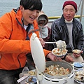 品嚐美味鯛魚飯....瞧瞧小孩的表情有多開心