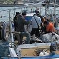 大家塞近小小的漁船裡準備拍攝