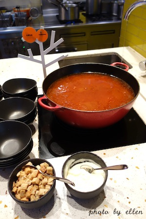 kitchentable42.JPG