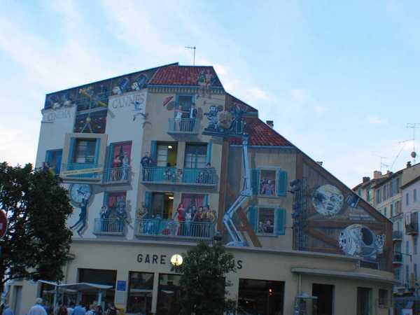 街道上的一棟建築物,畫很特別