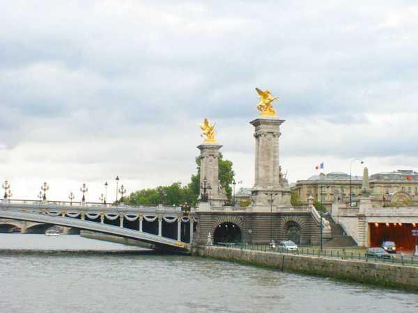 塞納河上有許多座橋,數目要去查一下~