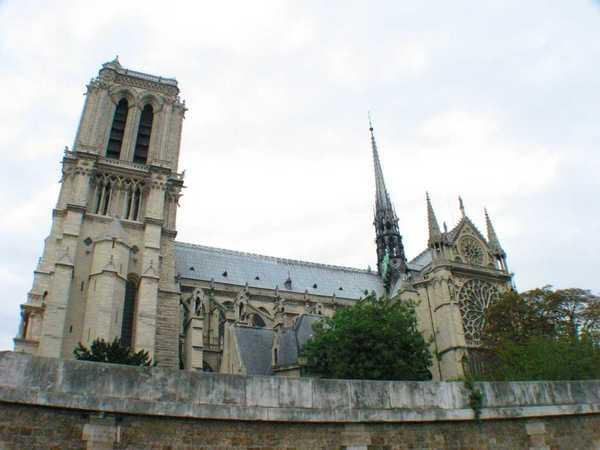 也可以看到巴黎聖母院喔