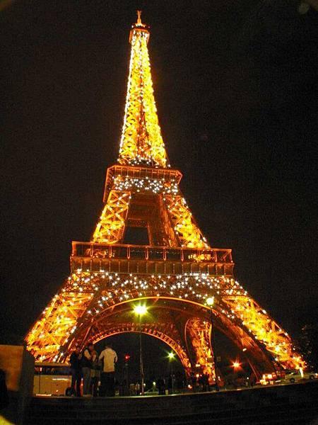 整點時,鐵塔會有閃光10分鐘,銀光閃閃現場看很炫,這一晚我們看了四次