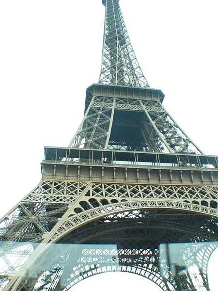 一出門就看到巴黎鐵塔~住得近ㄇㄟ