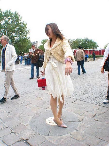 聽說在聖母院前頭這塊圓石轉一圈就可以再來巴黎一次喔