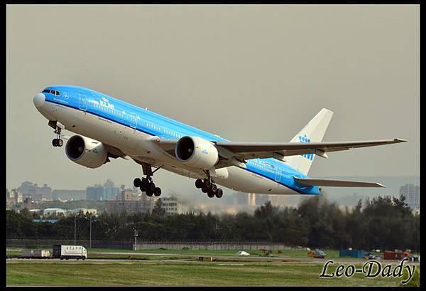 KLM_PH-BQD_20130914_KL807_MNL_03.jpg