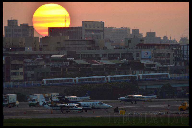 松山機場夕陽.jpg