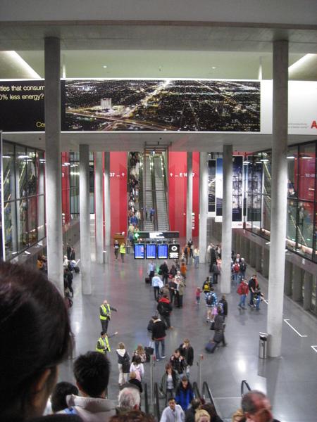 搭瑞士機場快線大堂