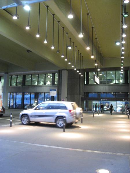 咦?火車站就在機場對面?