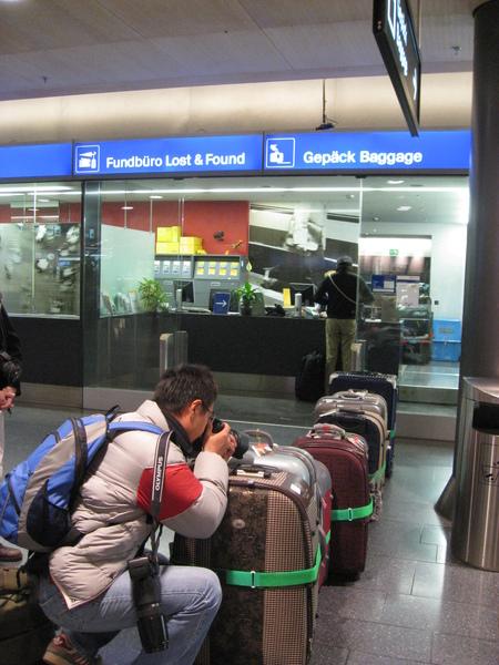 咱們專業攝影師正在拍我的行李
