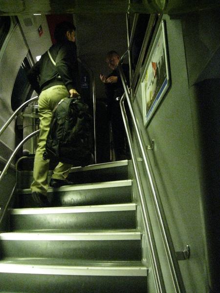 下層要保持安靜 我們上樓去!